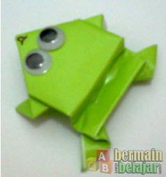 origami bentuk kodok yang bisa melompat lompat tentu bisa menjadi ...